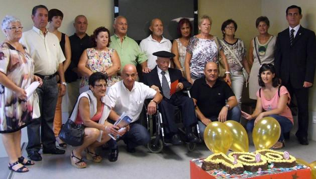 Francisco Bueno, en el centro, con familiares, trabajadores de la residencia y representantes municipales.