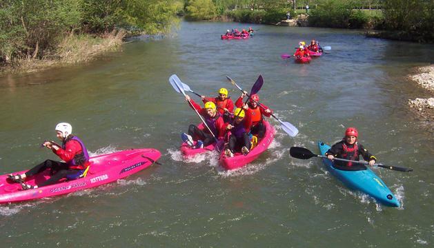 Piraguas en el río Arga
