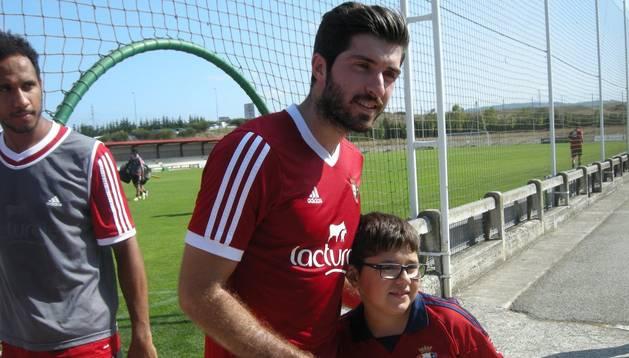 Karim Ansarifard, junto a un aficionado rojillo