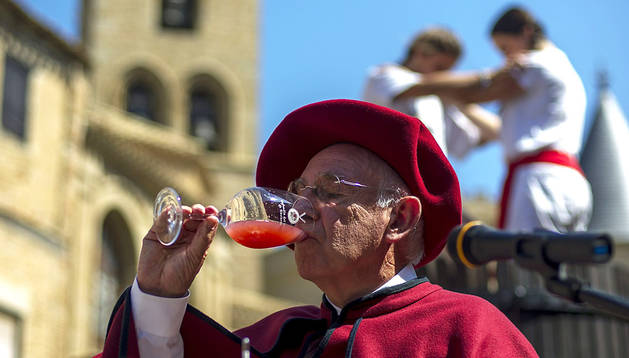 Un cofrade del vino navarro cata el mosto