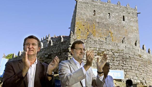 El jefe del Ejecutivo, Mariano Rajoy (d), y el presidente de la Xunta de Galicia, Alberto Núñez Feijóo, aplauden tras el acto de apertura del curso político