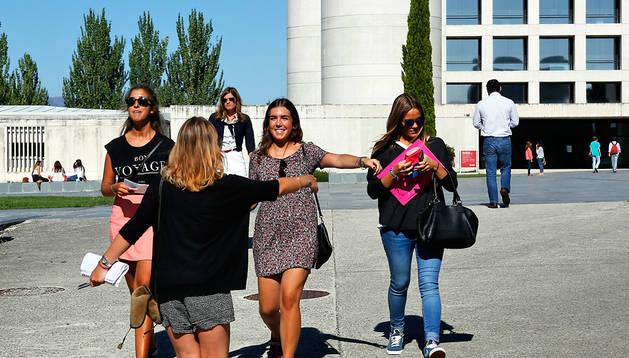 Dos alumnas de la UN de cursos superiores se reencuentran ayer en la explanada de Bibliotecas