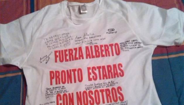 Camiseta firmada a Alberto Pérez por sus compañeros