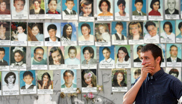 Un hombre se detiene en las ruinas del gimnasio de la escuela de Beslán, donde fallecieron 318 rehenes
