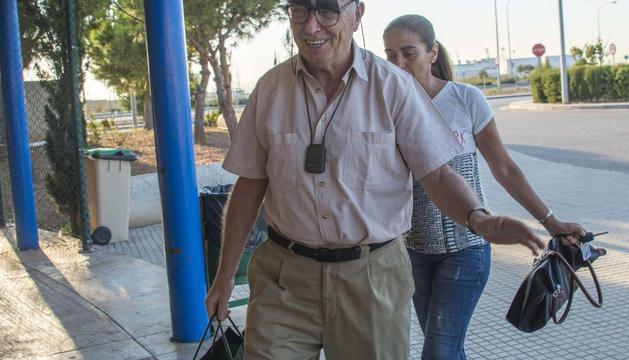 El periodista Antonio Alemany, a su llegada a la prisión de Palma para cumplir su condena