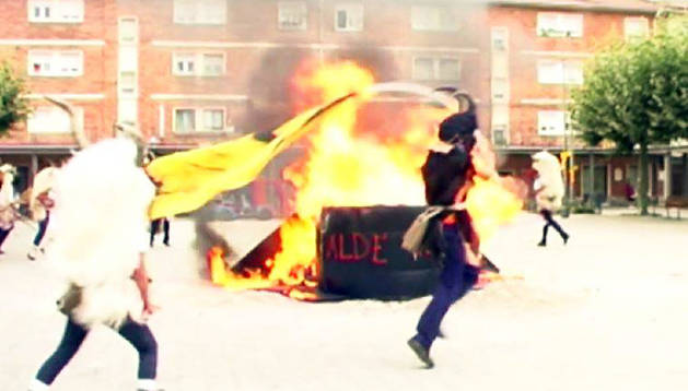 Un momento de la quema del Guardia Civil y del tricornio