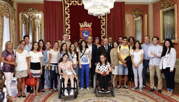Los estudiantes y responsables del programa en la recepción con Enrique Maya.