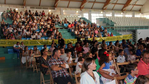 El público asistente al espectáculo de los artistas Juan D, Beatriz y los Lunnis, en el pabellón municipal.