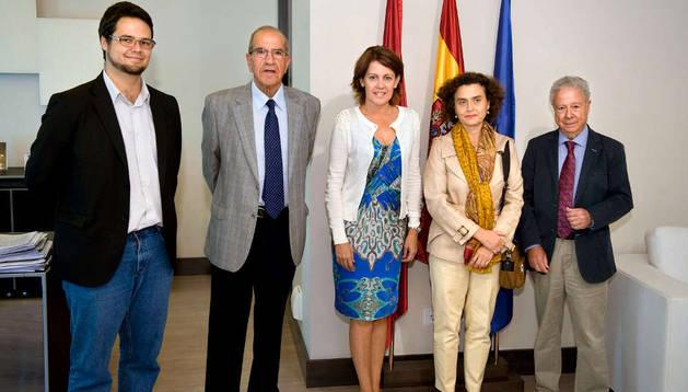 La Presidenta de Navarra, con los miembros del SEHN. De izda a dcha: Ilundain, Oslé, Barcina, Jover y Lozano.