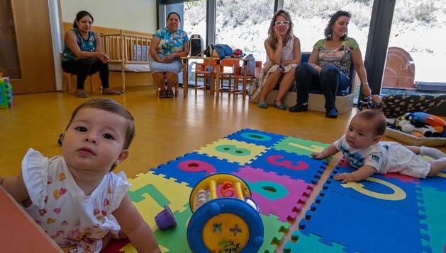 Dos niños, ayer, en el interior de la escuela infantil Arieta de Estella, que comenzó el curso el pasado martes.
