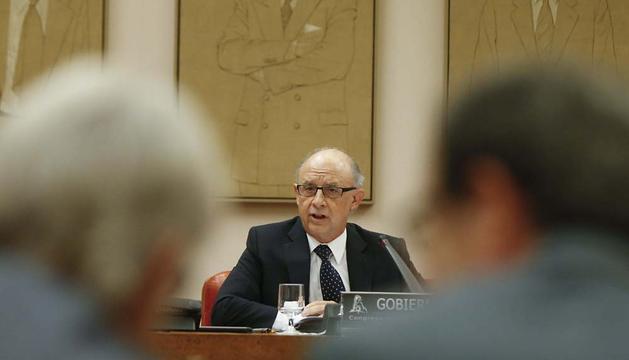 Los diputados de CiU, Josep Sánchez Llibre (i) y Pere Macías (d), atienden a la comparecencia de Montoro.