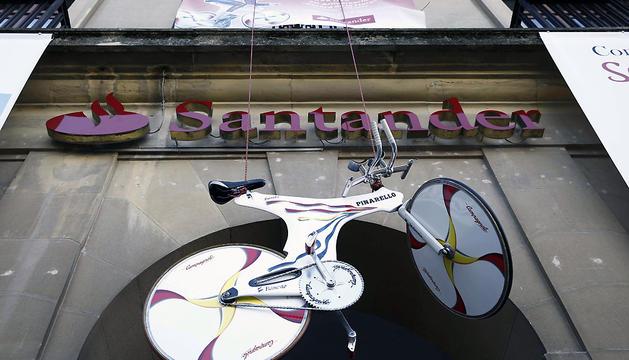 El Banco Santander homenajea a Miguel Induráin, con motivo del veinte aniversario del récord de la hora conseguido por el deportista navarro, al exponer en la plaza del Castillo una de sus bicicletas 'Espada'