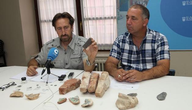 De izda. a dcha., Juanjo Bienes, mostrando uno de los restos de San Nicolás; y el edil Jesús Álava.