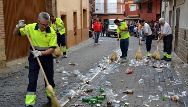 La brigada de San Adrián limpiando la calle San Jerónimo a las 8 de la mañana del domingo de juventud.