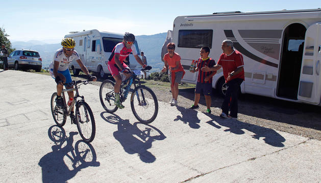 Un grupo de aficionados anima a Patxi Cía, en el centro, que en una de las subidas estuvo acompañado por José Lorenzo  Esteban