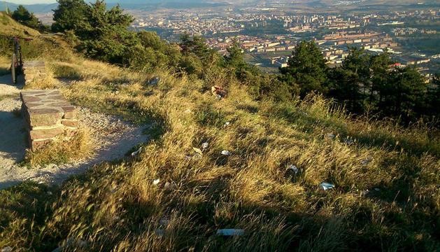 Basura en la cima del monte Ezkaba.
