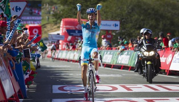 Fabio Aru cruza la línea de meta en San Miguel de Aralar