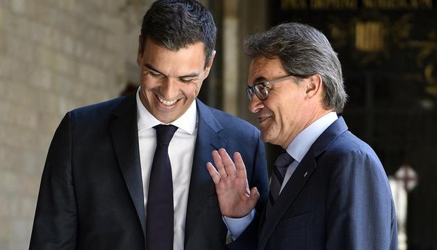 Artur Mas (d) ha recibido este miércoles en el Palau de la Generalitat a Pedro Sánchez (d)