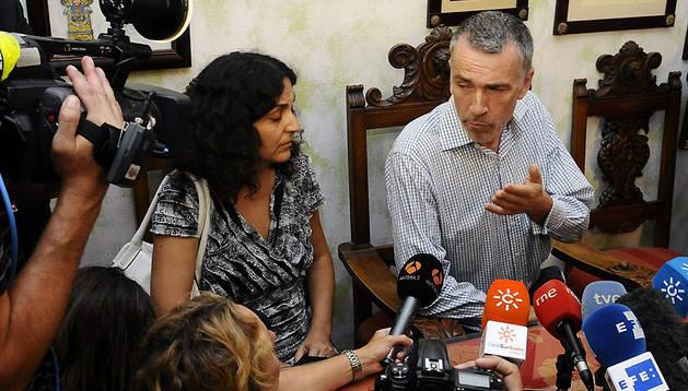 Brett King (c), el padre del niño británico Ashya King, acompañado por su mujer y madre del niño, Naghmeh King (i), durante la rueda de prensa de este miércoles