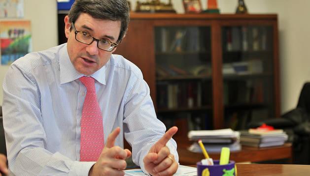José Iribas Sánchez de Boado atiende a la entrevista en la mesa de trabajo de su despacho.