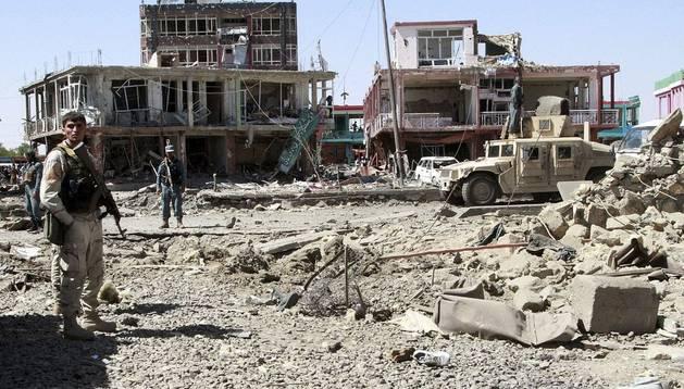 Varios miembros de las fuerzas de seguridad afganas inspeccionan las instalaciones del servicio de inteligencia en Ghazni tras el atentado