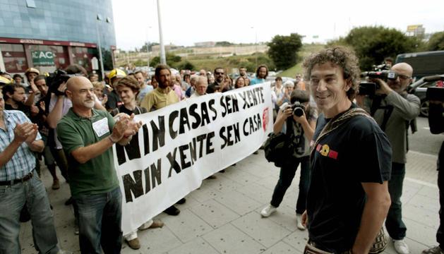 Roberto Rivas (c), el bombero que se negó a intervenir en un desahucio, a su llegada al juzgado de A Coruña