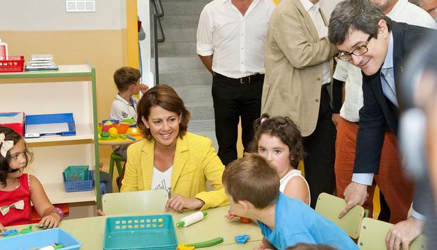 La Presidenta Barcina y el consejero Iribas, con alumnos y alumnas de Infantil