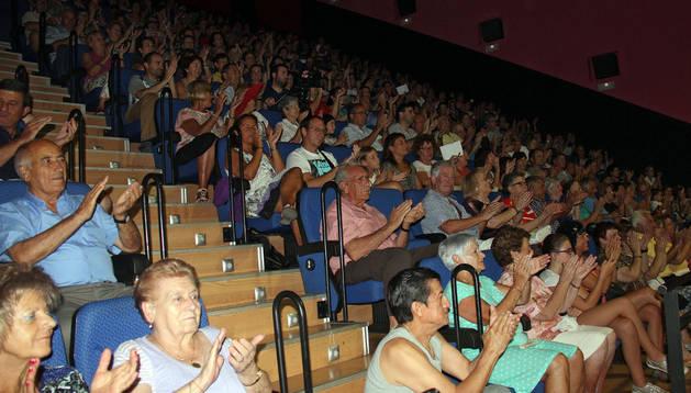 El público aplaude la actuación de la banda de música.