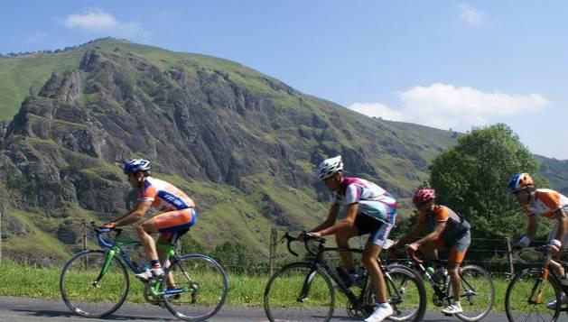 Cuatro ciclistas durante la disputa de la Marcha Larra-Larrau anterior
