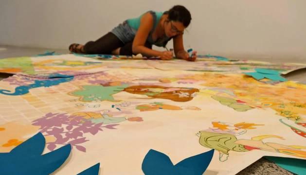 Leire Urbeltz realizando uno de sus murales.