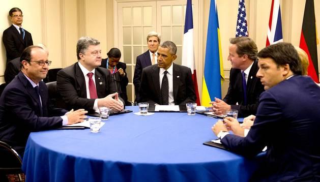 De izda. a dcha., François Hollande, Petrò Poroshenko, Barack Obama, DavidCameron, Angela Merkel y Matteo Renzi
