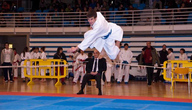 Karateka en un campeonato disputado en el polideportivo de Noáin.