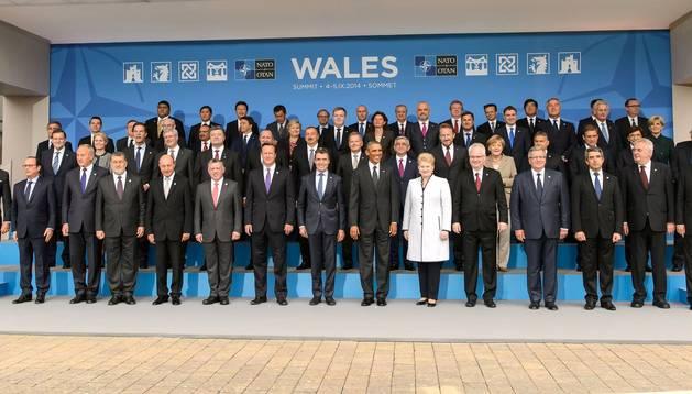 Foto de familia de los participantes en la cumbre bianual de la OTAN celebrada en Newport (Gales)