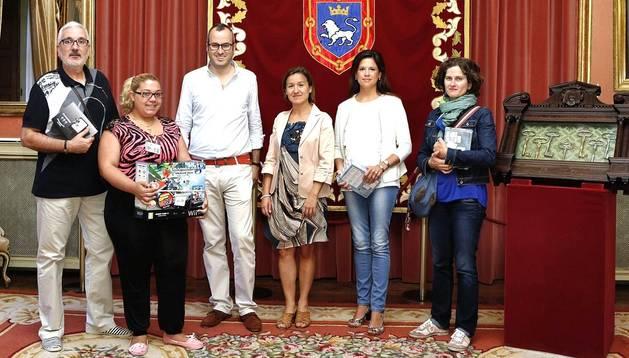 El concejal Fermín Alonso junto a los premiados