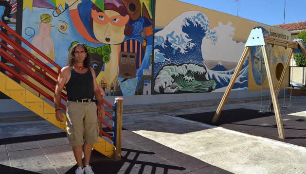 Ioseba Andoni Martínez, delante de los murales que ha pintado