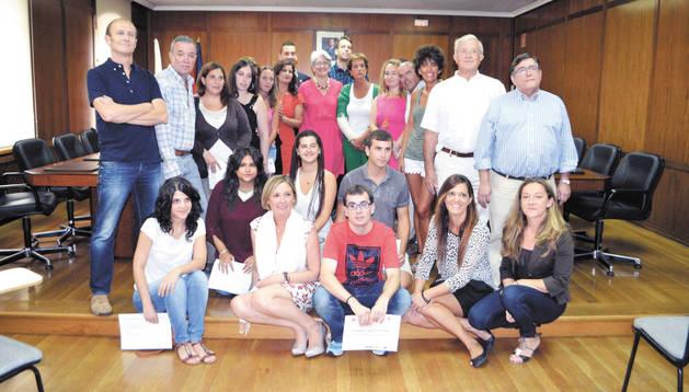 Goicoechea, en el salón de plenos de Estella junto al resto de autoridades y los alumnos diplomados