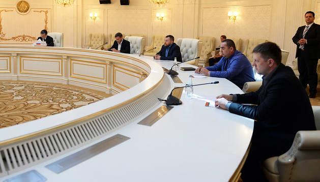 Representantes rusos y ucranianos durante la reunión mantenida en Minsk