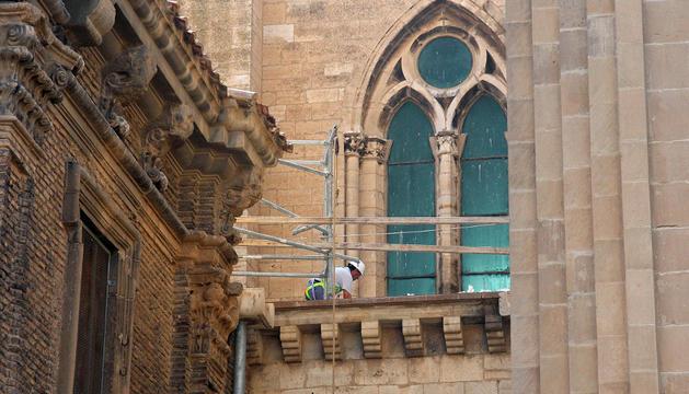 Un operario trabaja en la cubierta de la capilla de Santa Ana