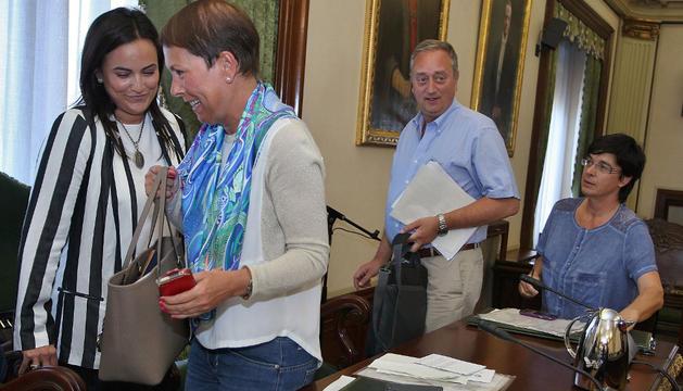 Cristina Sanz (PP) junto a Uxue Barkos (NaBai)