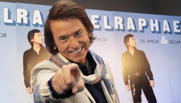 El cantante español Raphael ofrece una rueda de prensa en Ciudad de México