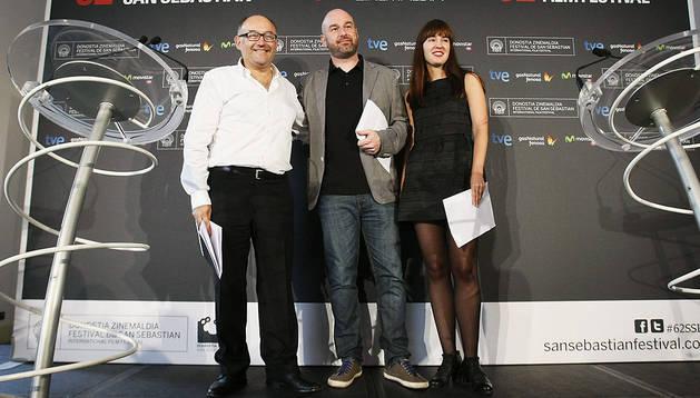 El director del Festival de Cine donostiarra, José Luis Rebordinos (izda.), acompañado de los miembros del Comité de Dirección del certamen Joxean Fernández (centro) y Maialen Beloki (dcha)