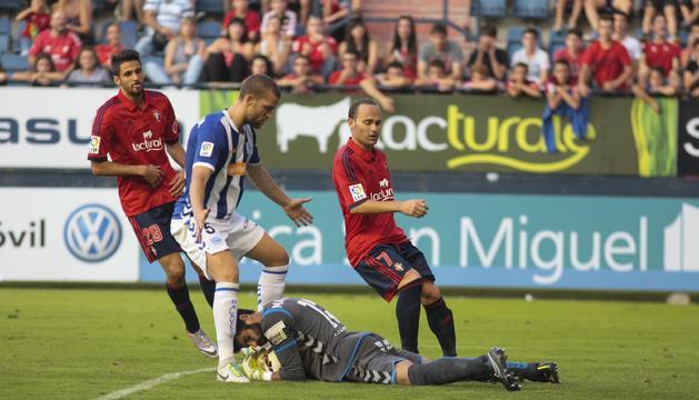 Manu Fernández protege el balón delante de Kodro y Nino