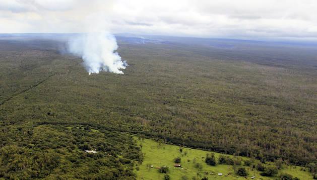 Las columnas de humo señalan el lugar por donde avanza la lava del Kilauea