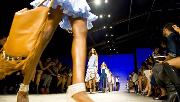 Varias modelos desfilan en la Semana de la Moda de Nueva York