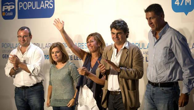 La vicepresidenta del Gobierno, Soraya Sáenz de Santamaría (2!ª izda.), la presidenta del PPC, Alicia Sanchéz Camacho (centro), el director del gabinete de Presidencia del Gobierno, Jorge Moragas (2ºd), y el alcalde de Badalona, Xavier García Albiol (d)