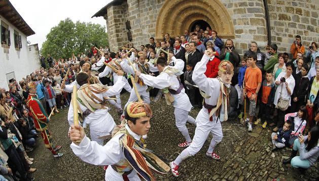 El grupo de danzantes de Ochagavía, en Muskilda.