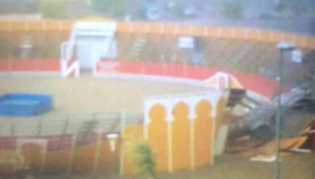 Daños en la plaza de toros de Olite por la tormenta.