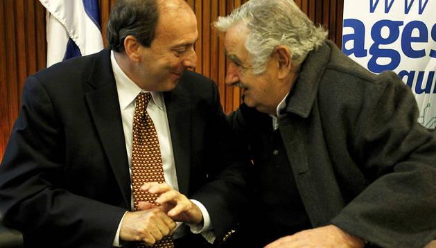 El presidente uruguayo, José Mujica (dcha.), y el asesor en Gobierno Electrónico de la ONU, Jonas Rabinovich (izda.) durante un acto en Montevideo