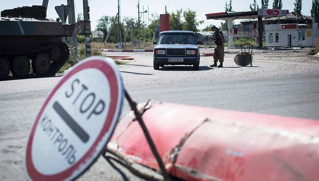 Un soldado ucraniano controla un vehículo en un puesto de Karlovka, localidad próxima a Donetsk