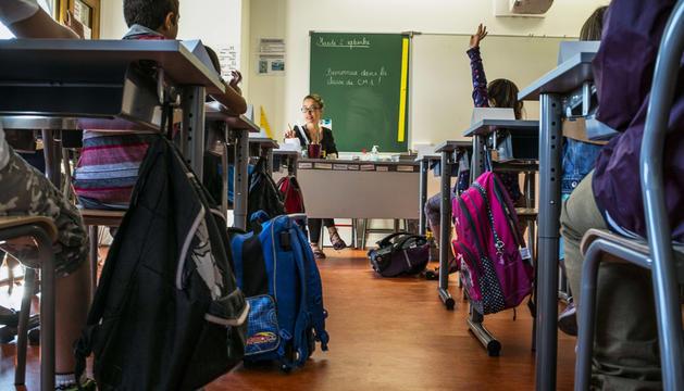 Alumnos de un colegio de Lyon atienden a la profesora en el inicio de clases de la semana pasada.